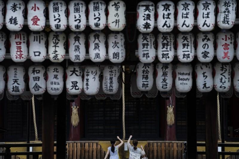 日本武漢肺炎疫情嚴峻,截至日本時間今晚間8點30分,已新增確診1235人,累計已有4萬2163人確診;日本厚生勞動省大臣加藤勝信表示,若疫情持續加速擴散,可能會再次發布「緊急事態宣言」。(歐新社)