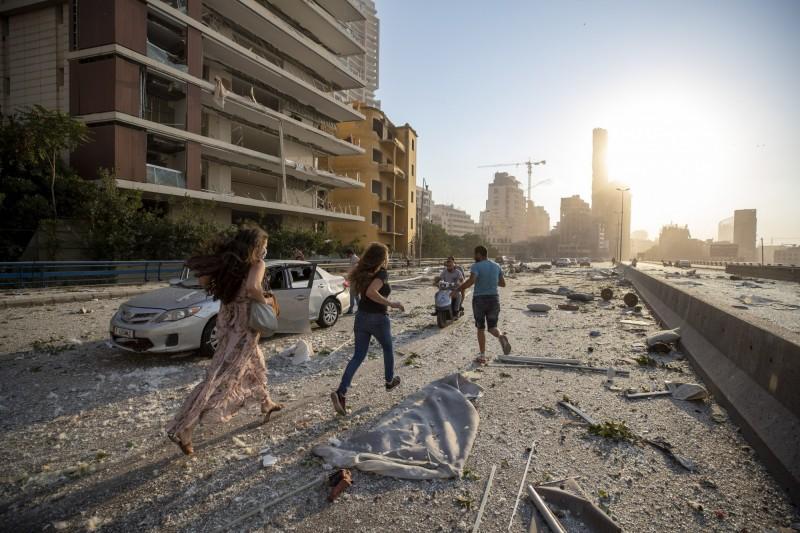 黎巴嫩4日的爆炸威力驚人,周圍地區可見玻璃破裂、雜物四散。(美聯社)