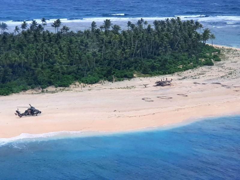 3名密克羅尼西亞水手被困在西太平洋小島上後,在沙灘上擺出大大的求救訊號「SOS」,終於被搜救人員看到,順利獲救。(歐新社)