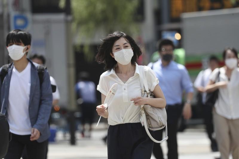 在今年2至5月第一波疫情期間,日本有破6成人在出現發燒症狀後,仍抱病上班,恐是疫情不止原因之一。(美聯社)