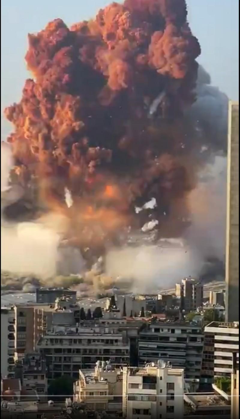 黎巴嫩首都貝魯特港口地區4日發生大爆炸,威力超乎想像。(取自推特)