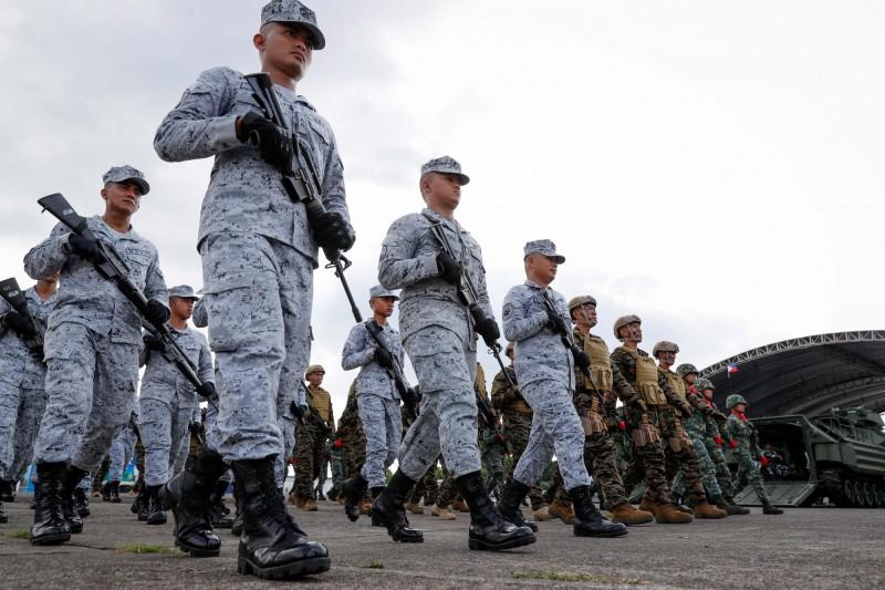 菲律賓國防部長洛倫扎納3日強調,菲國不會參與其他國家在南海辦的聯合軍演,避免進一步激化緊張局勢,圖為菲律賓軍隊。(歐新社)