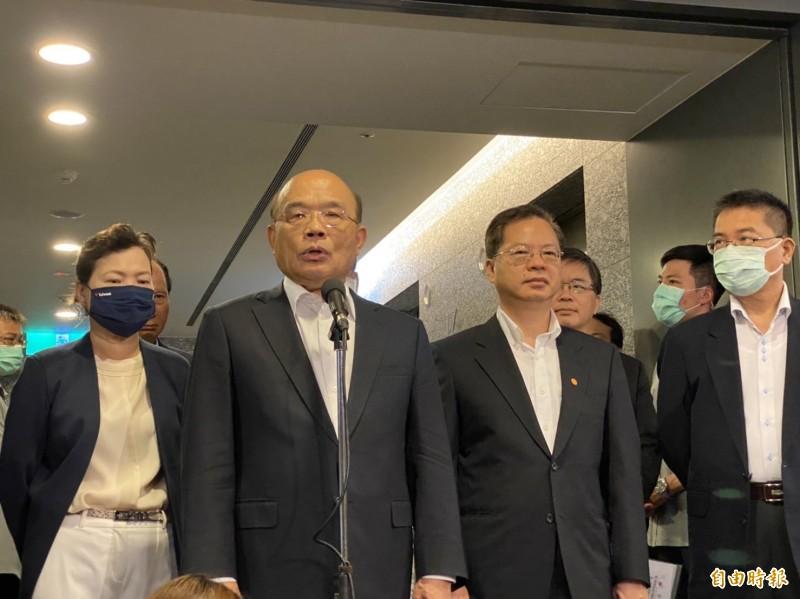 行政院長蘇貞昌(左2)今天上午受訪時表示,對於外國又發生第二波疫情等,都密切注意,應該要怎樣應對、怎樣做,尊重相關指揮中心與專業團隊、專業判斷。(記者俞肇福攝)