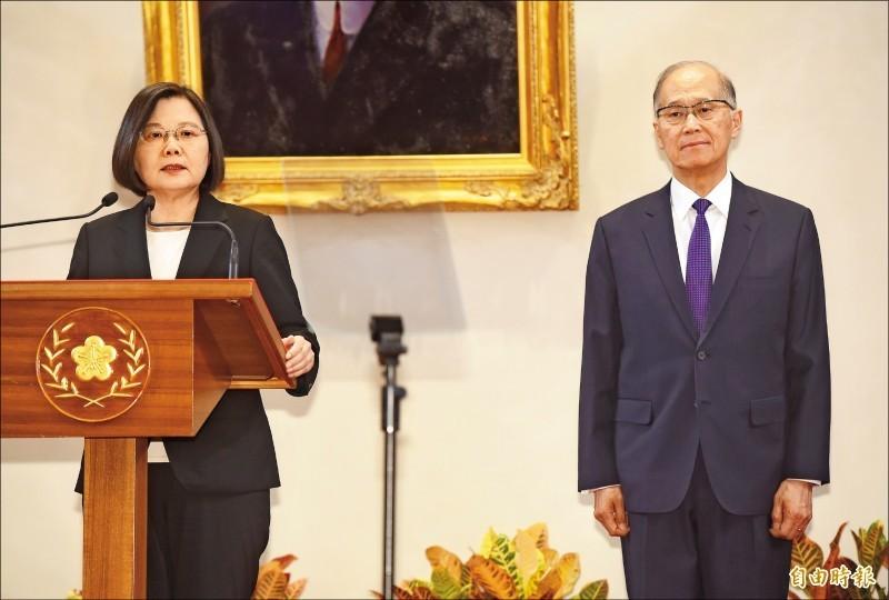 蔡英文總統(左)昨日召開記者會,宣布總統府秘書長由海基會董事長李大維(右)接任。(記者簡榮豐攝)