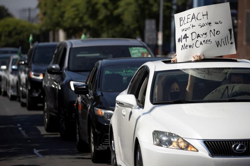 美國多地教師反對重啟校園,開車上街抗議。(路透)