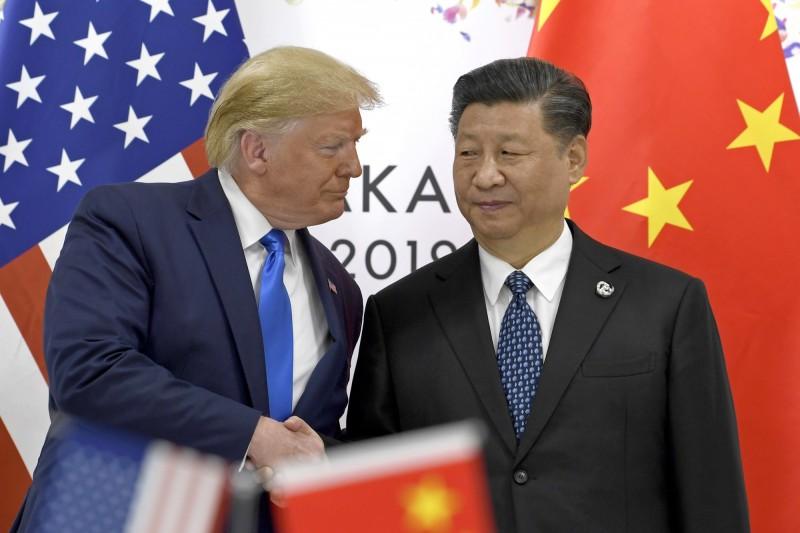 美中媒體戰持續升溫。圖為美總統川普(左)與中國國家主席習近平(右)。(美聯社)