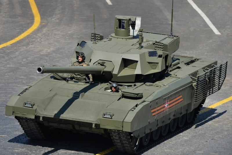 俄羅斯工貿部長表示,基於新款「阿瑪塔重型履帶通用平台」(Armata)為基礎研發的T-14主戰車(圖中)和T-15裝步戰車已投入量產。(歐新社)