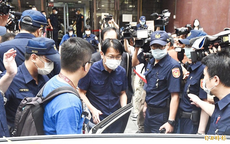 Former New Power Party chairman Hsu Yung-ming, center, leaves the Taipei District Court yesterday after he was released on bail of NT$800,000 in connection with a bribery case involving the ownership of Pacific Sogo Department Store. Photo: Peter Lo, Taipei Times