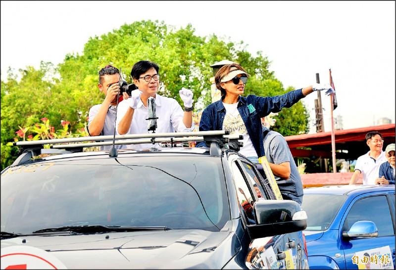 民進黨高雄市長候選人陳其邁(右二)在美濃、旗山一帶以車隊掃街拜票。(記者許麗娟攝)