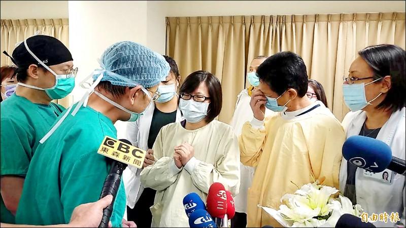 楊庭豪的父母不捨兒子離開,亞東醫院院方向家屬致謝。(記者賴筱桐攝)