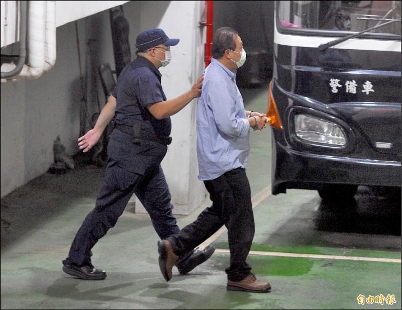 遭羈押禁見的民進黨立委蘇震清步上囚車,移送看守所。(記者羅沛德攝)