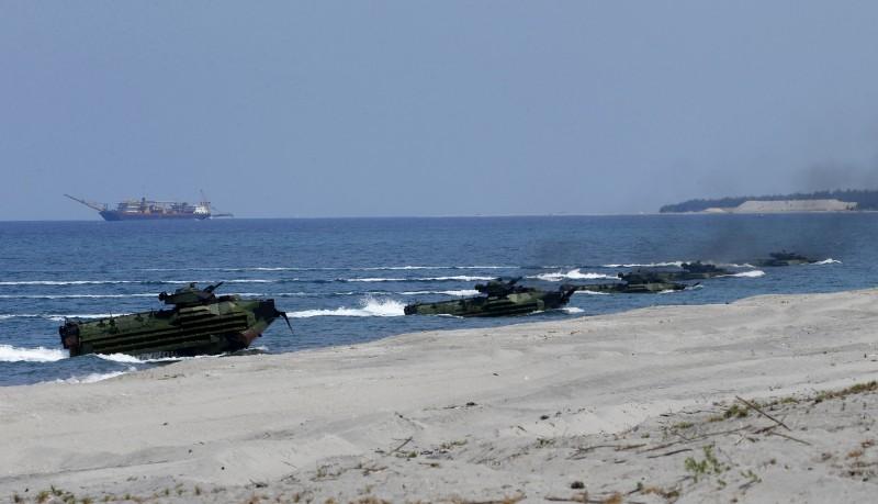 美國和菲律賓部隊2019年4月在黃岩島附近舉行聯合演習,演練搶灘登陸作戰。(美聯社檔案照)
