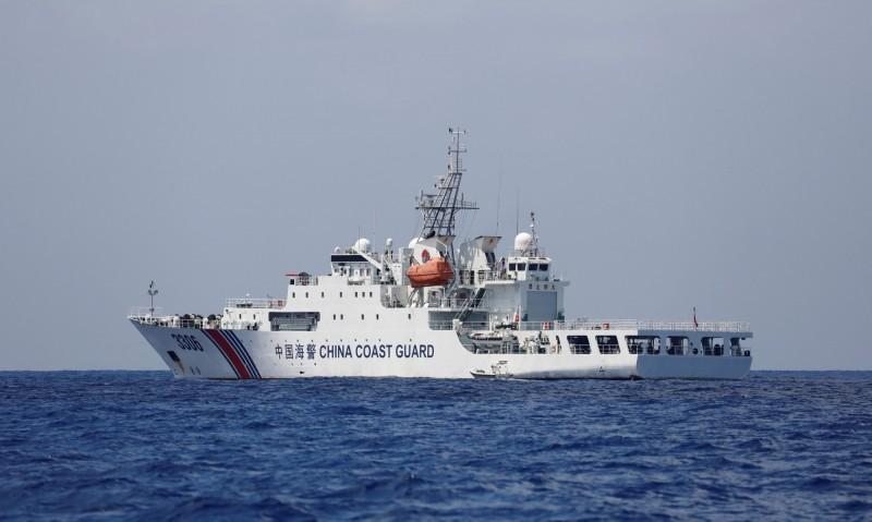 中國海警船2017年4月在黃岩島海域巡邏。(路透檔案照)