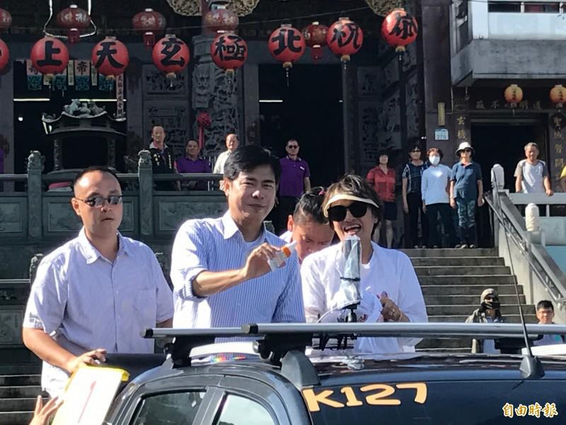 掃街車隊出發前,陳其邁拿出防曬油提醒媒體朋友要擦拭。(記者洪臣宏攝)