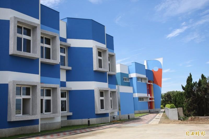 苗栗縣海寶國小的藍白色的美麗建築,與一旁碧海藍天及白色風車相襯,宛如度假勝地的浪漫民宿。(記者鄭名翔攝)