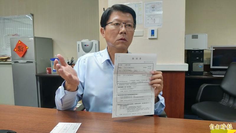 謝龍介出示鄭女前夫曾姓男子的陳情書,希望市長黃偉哲應採高道德標準處理。(記者蔡文居攝)