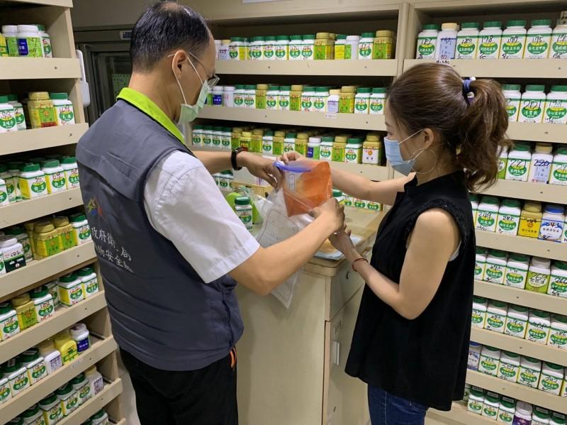 衛生局將盛唐中醫診所使用硃砂送檢。(記者蔡淑媛翻攝)