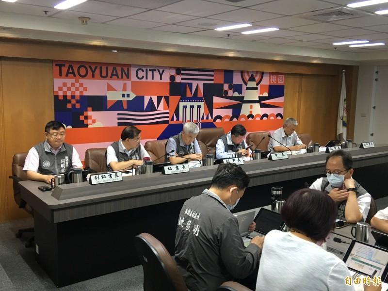 桃園市政府市政會議,市長鄭文燦及副市長,正、副秘書長都未戴口罩。(記者謝武雄攝)