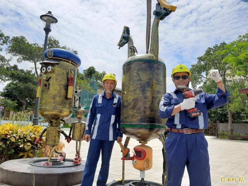 葉時進(左)擔任台鐵機電維修技術員30多年,自學藝術創作,此次活動與同事龍盛鈺(右)一同創作。(記者許倬勛攝)