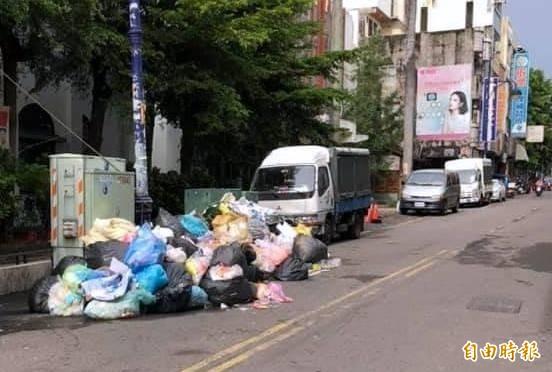 南投市「迎城隍」活動後,街道一度出現一包包垃圾,嚴重影響市容情形。(記者謝介裕攝)