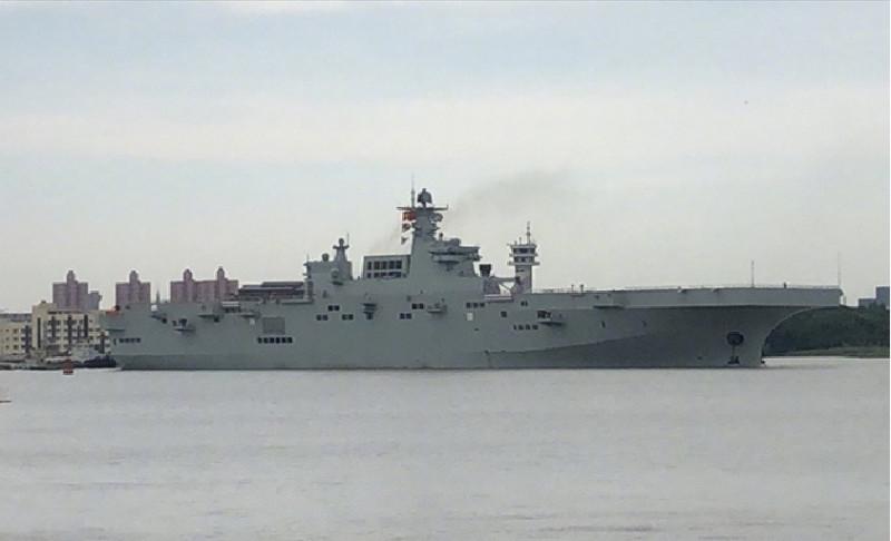 這照片據稱是中國網友拍攝到中國新一代075型兩棲攻擊艦首艦,今在拖船協助下離開上海滬東中華造船廠泊位,沿黃浦江進入東海某水域進行首次試航。(翻攝自微博)