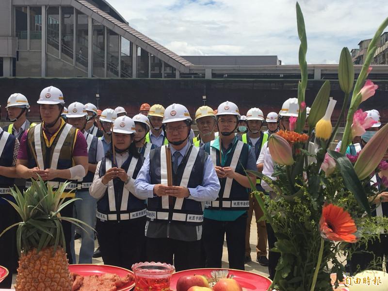 桃園市長鄭文燦上香,祈求捷運綠線G07站連續壁工程順利。(記者謝武雄攝)