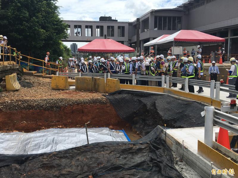 桃園市長鄭文燦等人於捷運綠線G07站挖掘到的清代舊鐵道遺址處理情形。(記者謝武雄攝)