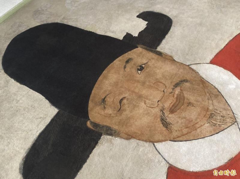 從「蔡復一畫像」的複製品觀察,仍可想見當初修復被覆蓋的PU塗漆時,花了半年時間才移除完畢的困難度。(記者吳正庭攝)
