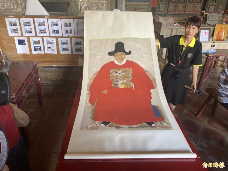 金門縣文化局展示修復後的「蔡復一畫像」複製品。(記者吳正庭攝)