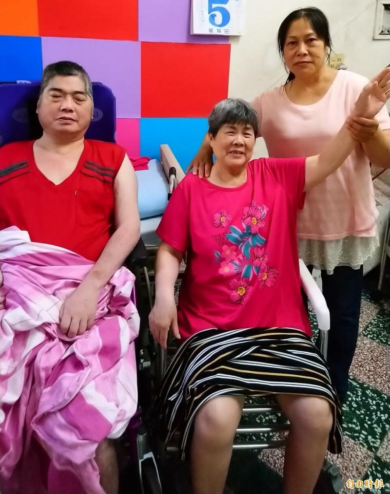 楊馥榕照顧中風臥病母、弟,堅持自己照顧不放棄,就是要陪伴他們身邊,榮獲今年全國孝行獎。(記者陳文嬋攝)