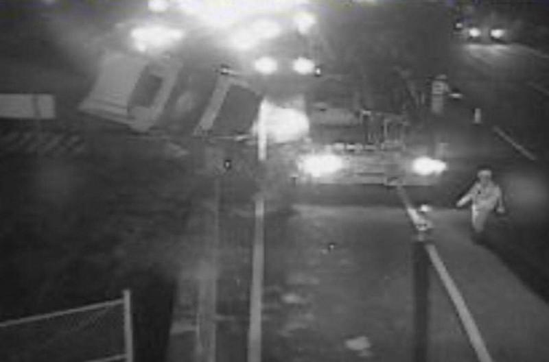 國道1號彰化秀水路段今晚驚傳貨櫃車翻覆,司機搶救送醫。(翻攝國道即時影像)