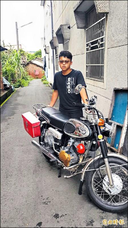 16歲的嘉義縣民雄農工機械科二年級學生賴奕霖,將準備報廢的古董機車修復到煥然一新。(記者蔡宗勳攝)
