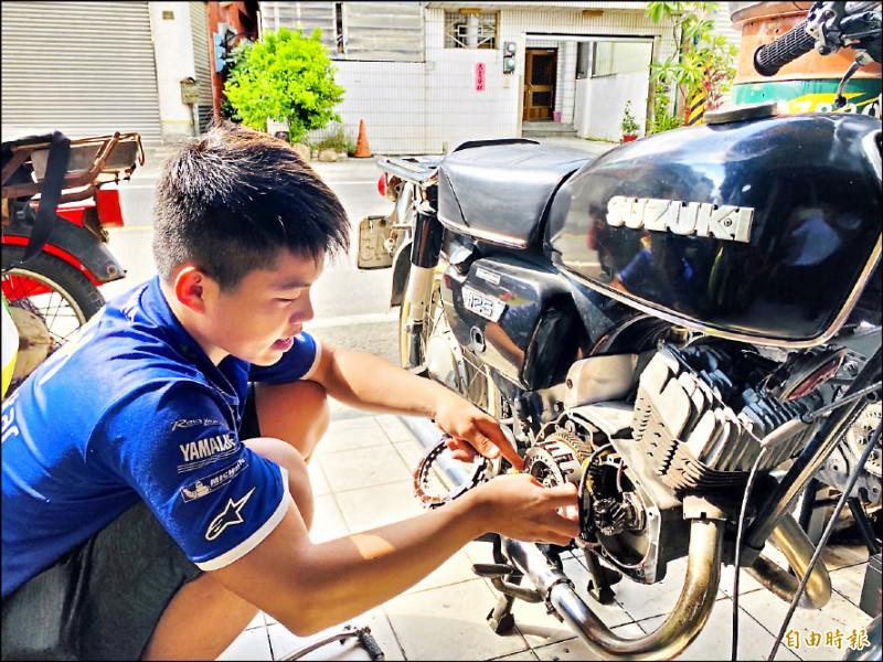 賴奕霖3年來修復上百輛的川崎老機車,被譽為「古董機車神手」。(記者蔡宗勳攝)