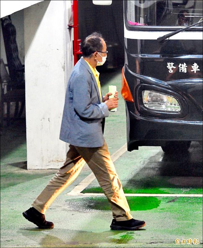 SOGO經營權案,遭羈押禁見的國民黨立委陳超明步上囚車,移送看守所。(記者羅沛德攝)