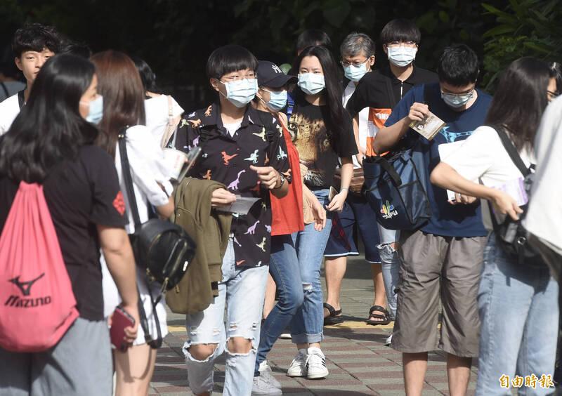 北市府宣布,明(6)日上午5點啟動第一階段應變措施,除了中央規定的8大類場所,民眾出入公共場所、大眾運輸、醫療院所、台北市政府均須戴口罩,並落實實名制。(資料照)