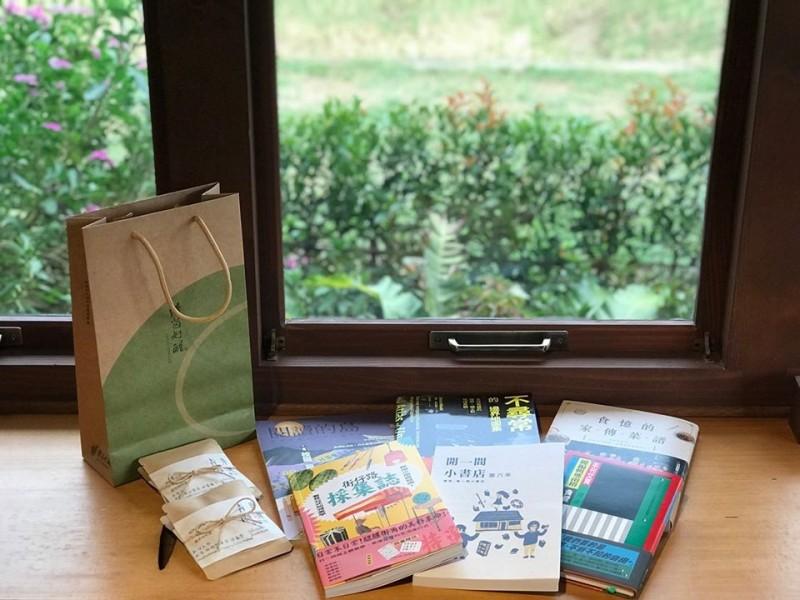桃園市長鄭文燦上周末走訪位於桃園龍潭的獨立書店,除了與大家分享他的購書,也推廣桃園在地的獨立書店。(圖擷取自臉書_鄭文燦)