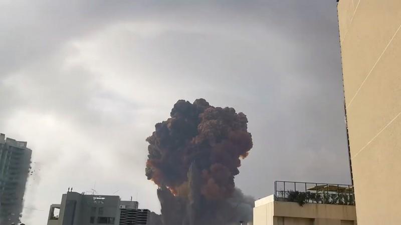 黎巴嫩首都貝魯特港區週二傍晚發生大爆炸,濃煙伴隨爆炸聲瞬間沖天,造成重大傷亡。(路透)