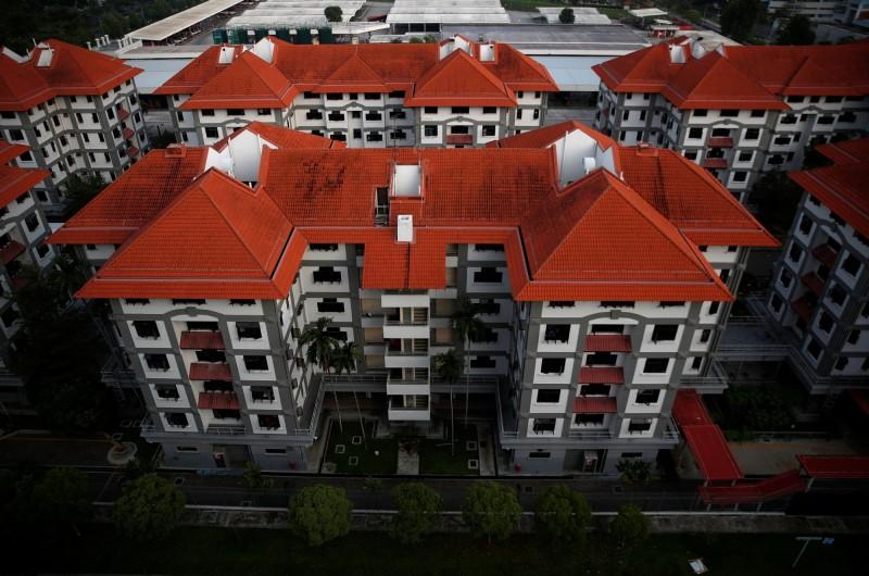 新加坡新增908例武漢肺炎確診病例,是近3個月以來的單日新高,大多數病例是住在宿舍的移工。圖為被隔離的移工宿舍。(路透)