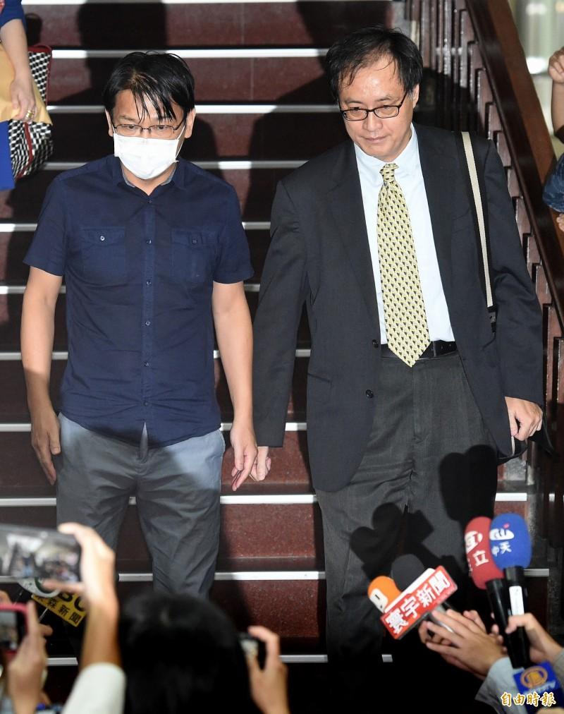時代力量前主席徐永明(左)涉SOGO收賄案,台北地院昨天裁定新台幣80萬元交保。消息人士指出,徐永明下午向黨中央表達,為了黨內團結,他將退出時代力量。(資料照)