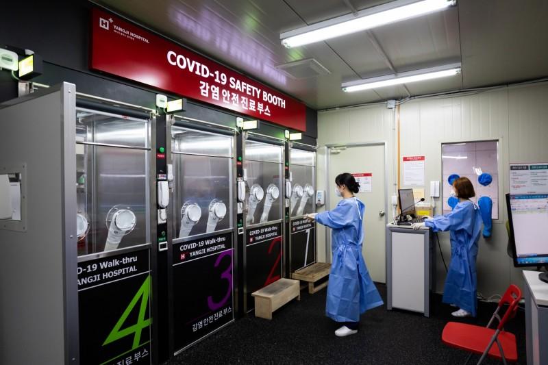 南韓4日新增34例確診及1例死亡病例。圖為南韓醫護人員工作情況。(彭博)