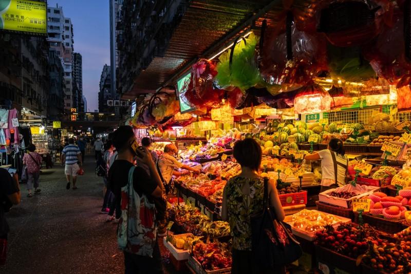 截至目前,香港已有最少11個「街市」出現過疫情。圖為香港街市示意圖。(彭博)