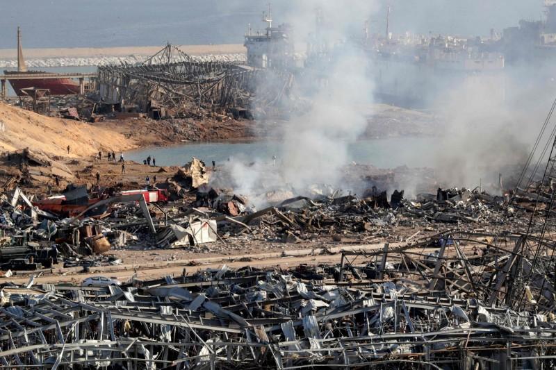 黎巴嫩紅十字會表示,爆炸事故已造成100人死亡。圖為警消人員在現場進行搜救工作。(法新社)