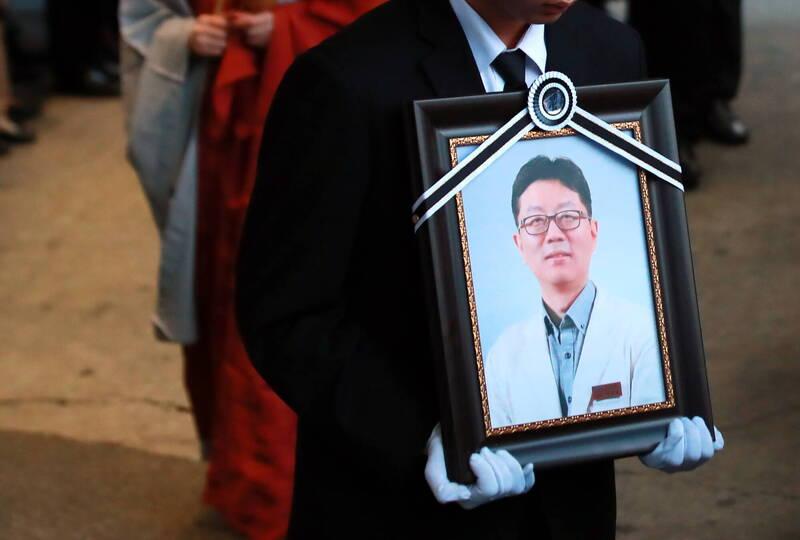 南韓釜山一名精神科醫生被他的病患持刀刺殺身亡,這是該國過去2年內第3起類似事件。圖為2018年12月遭病人刺殺身亡的首爾江北三星醫院精神科醫生。(歐新社)