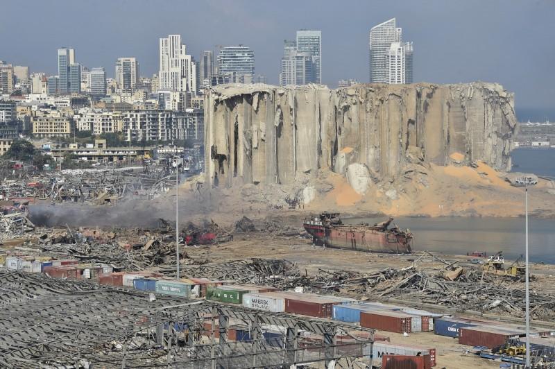 黎巴嫩貝魯特港區大爆炸釀嚴重死傷。外媒指出,黎巴嫩海關曾6度發函請求司法部門裁定將存放港區的危險硝酸銨轉運,卻沒收到回覆。圖為被毀的貝魯特港區。(歐新社)