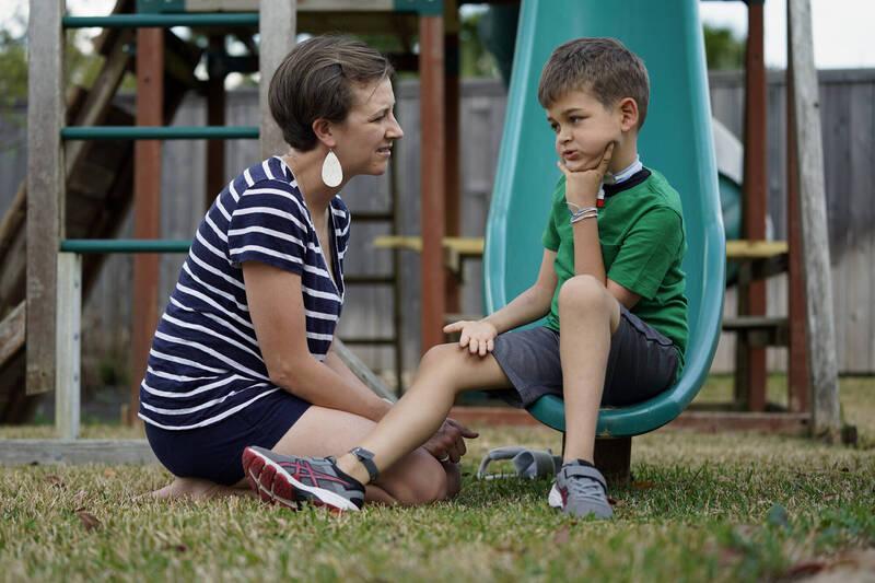 美國CDC呼籲父母和醫生需要在未來幾個月中注意一種罕見、可能使幼兒癱瘓的疾病:急性無力脊髓炎。圖為罹患急性無力脊髓炎(AFM)的兒童和他的母親。(資料照)