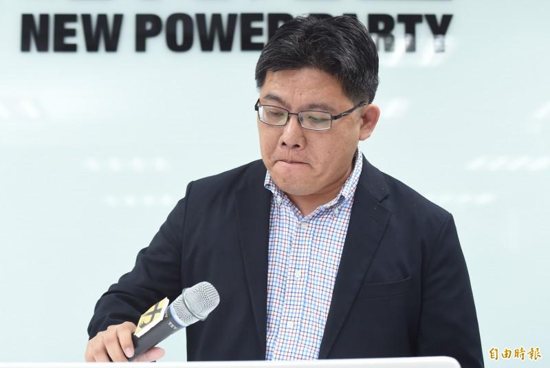 針對時代力量前黨主席徐永明主動退黨,代理主席邱顯智5日在中央黨部統一說明。(記者廖振輝攝)