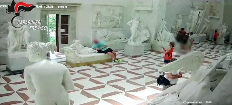 一名奧地利男子在博物館與百年歷史雕像合影時,坐壞雕像,恐面臨300多萬元罰款。(路透)