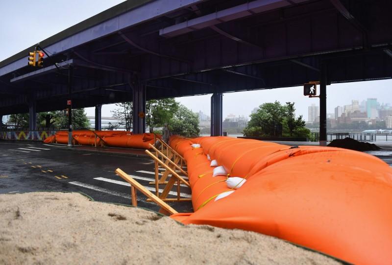 伊薩亞斯橫掃美東各州,當局趕緊建構防洪屏障。(法新社)