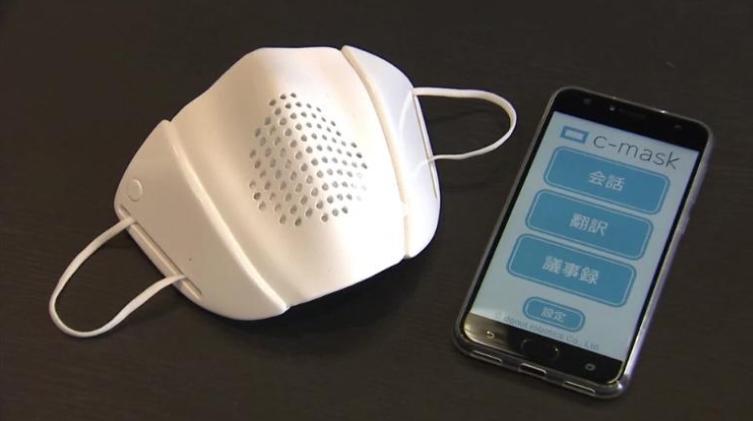 日本新創公司「Donut Robotics」發明一款「智能口罩」,可將日語翻譯成8種語言。(圖翻攝自Twitter)