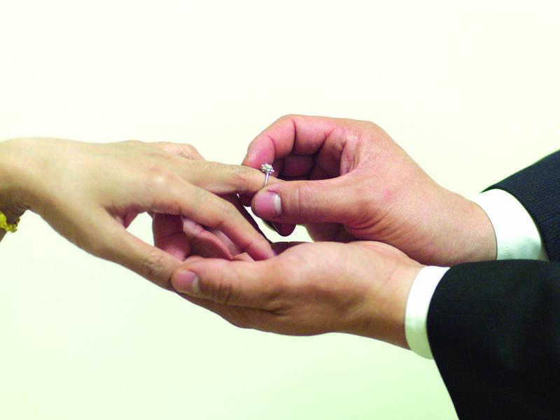 王姓男子在父親告別式上與越南阮女互戴戒指,最後卻人財兩失,怒告金飾、聘金、借款多匯的10萬與求償精神慰撫金共50萬元。(示意圖)